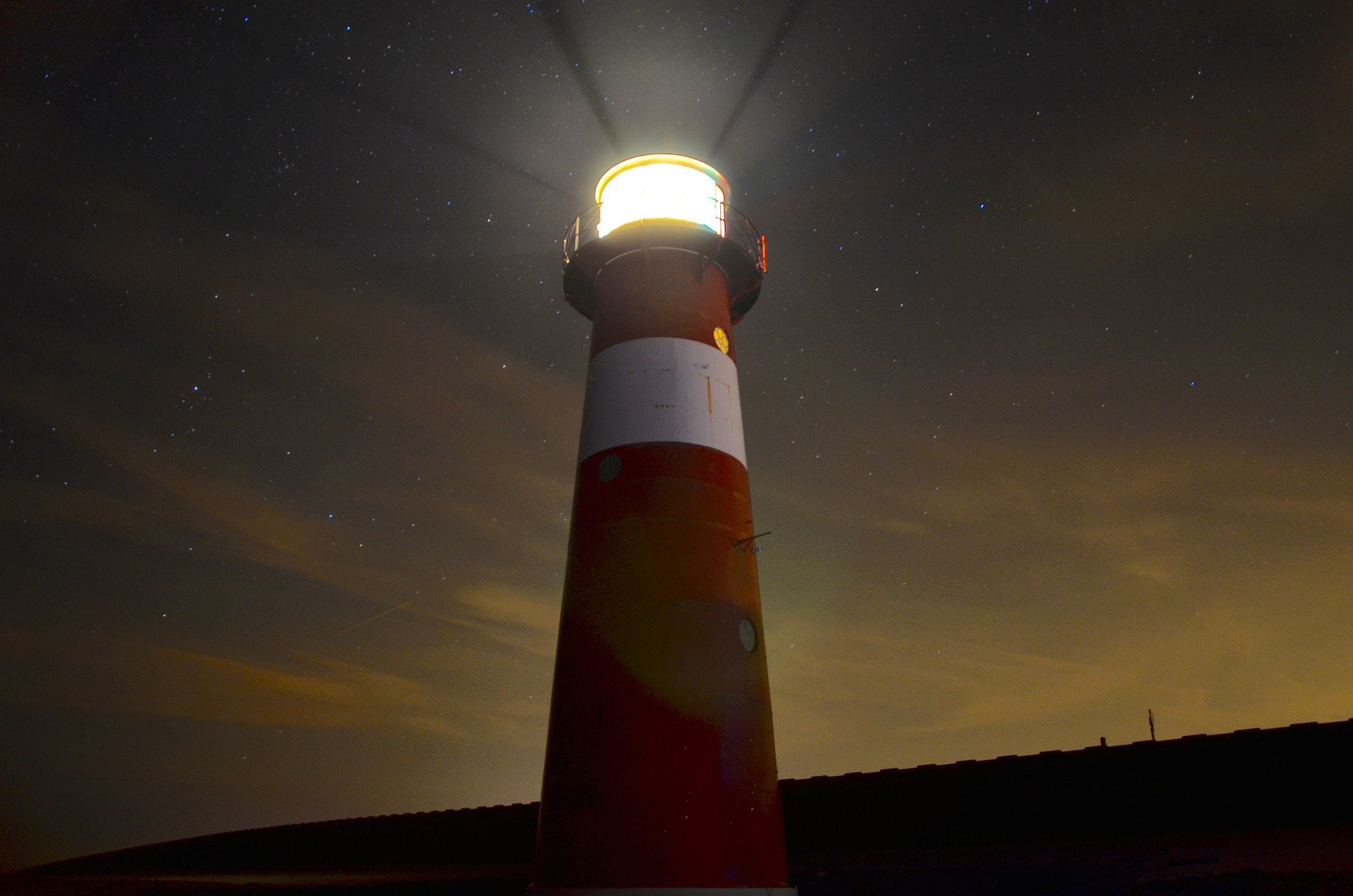 lighthouse-1031436_1920